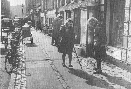Piger hinker med hoppestav i København. Den ene har anorak på. Foto fra Facebookgruppen Gamle København