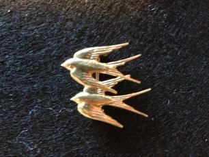 Dorthe Lohmanns billede af de to svaler som Illums logo
