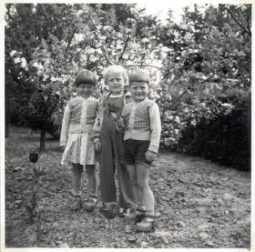 Grundlovsdag 1956 på Agerledet med kusine Lisbeth