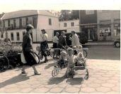 Herlev Torv med kro og apotek og mødre med klapvogne. Foto Facebookgrupperne fra Herlev