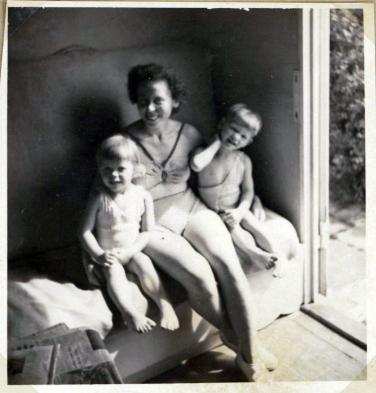 Vi og mor i det lille havehus