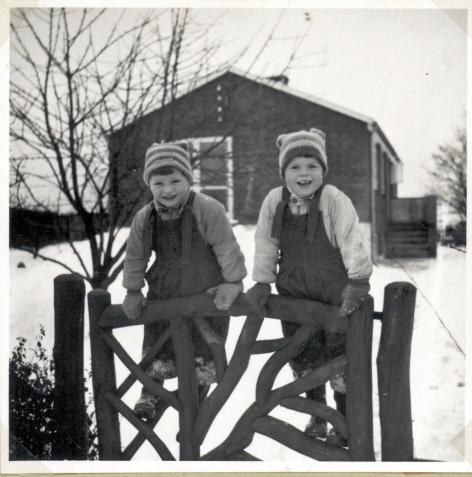 Vinter 1954 på Agerledet iklædt flyverdragter og overalls