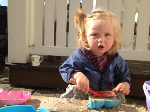 Barnebarn på 1 1/2 år med retroskovl på besøg