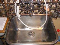 Henry har skrubbet vasken i vaskekælderen 2006