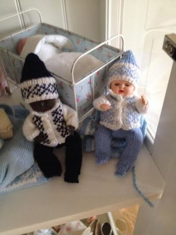mine gamle dukker i strikket vintertøj