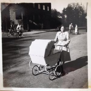 Mor Ruth går den første tur på Bispebjerg marts 1951