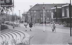 Vestergården ses med det nye bibliotek til højre i billedet. Foto fra Herlev arkiv
