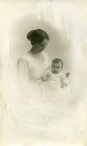 Min mormor Asta med Eva maj 1921