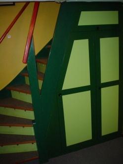 Kældertrappen i hans karakteristiske grelle farver