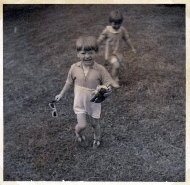 Torben og jeg en varm sommerdag som 1 1/2 årige sommeren 1953