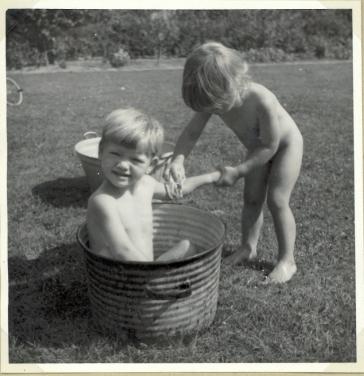 Jeg vasker Torben i baljen i 1953