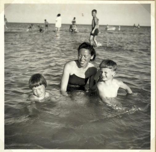 Jeg vores mor Ruth og Torben i vandet ved Trylleskoven