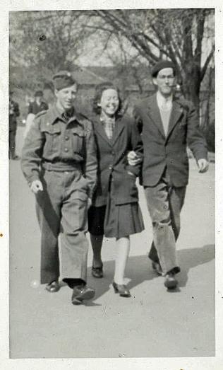 en kammerat til William til venstre, min mor i midten og William lige efter krigen