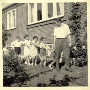 Sjov i haven med fætre og kusiner og min far ca 1960