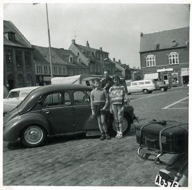 Den lille Renault og min far og Torben og jeg på et torv i provinsen