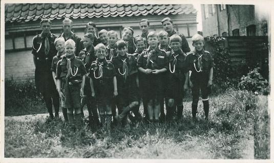 min far nummer tre bagerst til venstre og de små spejderdrenge forrest 1936