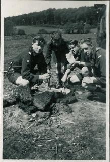 Klumperne i sovsen piskes ud over lejrbålet 1936. Min far nummer to fra højre