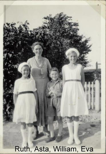 min mormor og de tre yngste. Min mor Ruth til venstre