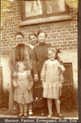Mine to oldemødre og deres børnebørn i Holbæk Laura fra Nyboder til venstre og Ane Kirstine fra Nykøbing Falster til højre