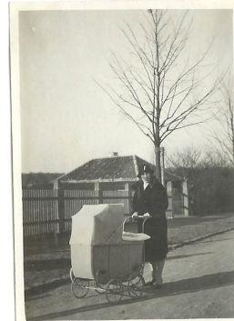 Dorthe Lohmanns mormor med hendes mor i vognen 1929 i Gentofte