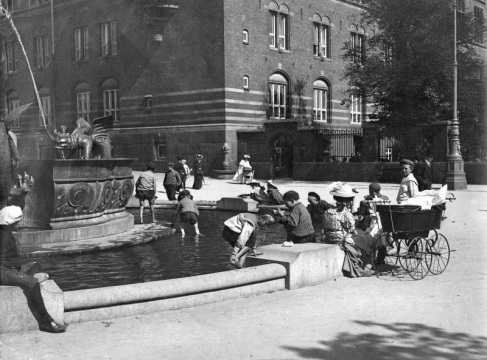 1912. Dragespringvandet fik i 1908 tilføjet et ydre bassin til stor fornøjelse for de lokale københavner børn. Bassinet blev atter fjernet i 1954, da H.C. Andersens Boulevard fik sin nuværende bredde. Kbh. Museum.