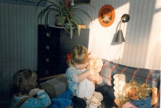 Cecilie på mit gamle værelse. De små passes af mormor og morfar