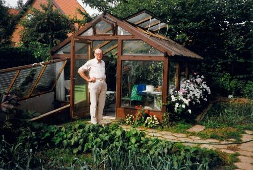 Min far med sin store glæde drivhuset, han selv havde lavet