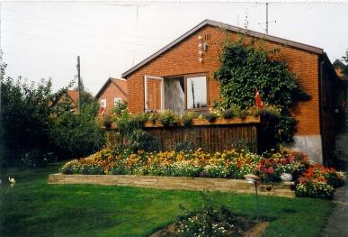 Huset på Agerledet 10 med tagetes mm på terrasen