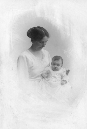Asta med sin førstefødte Eva maj 1921