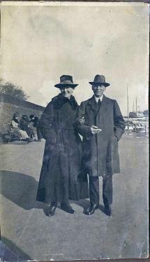 Min mormor Asta Nielsen og Emry Kølster går tur på Langelinje i lystbådehavnen efteråret 1919. Mylius Eriksens monoment står i baggrunden