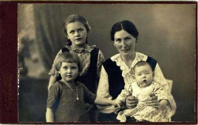 Asta med de tre børn, Ruth, min mor på skødet er ca et år