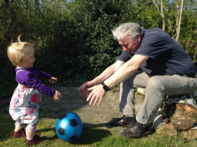 Erika og Henry spiller bold maj 2016