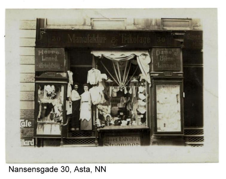 Asta til venstre i manufakturforretningen i Nansensgade. Tror det er ejeren fru Schrader til venstre