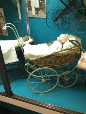 Dukkevogn i rør fra år 1900