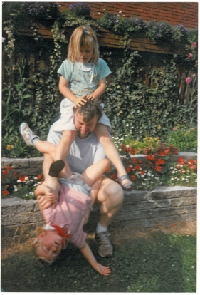 Ditlev og Cecilie klatrer på Henry i Herlev sommeren 1989 eller 90