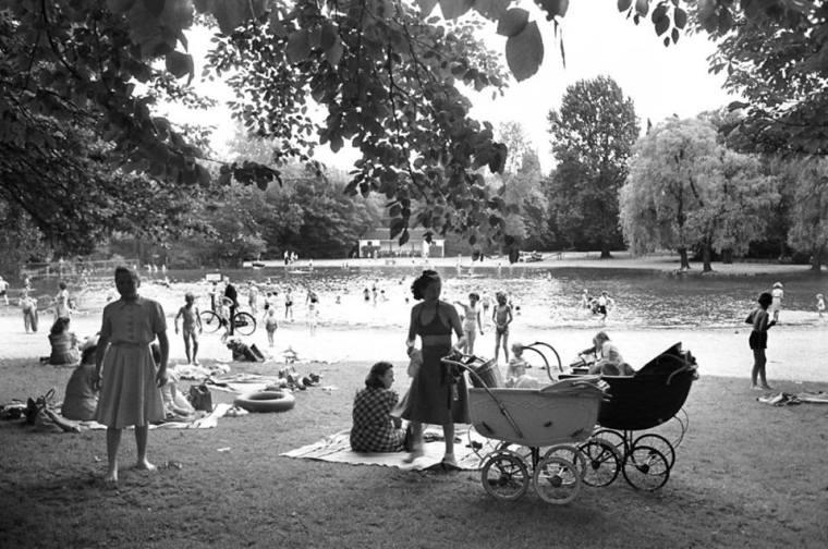 Trængsel ved soppebassinet i Fælledparken. 1952