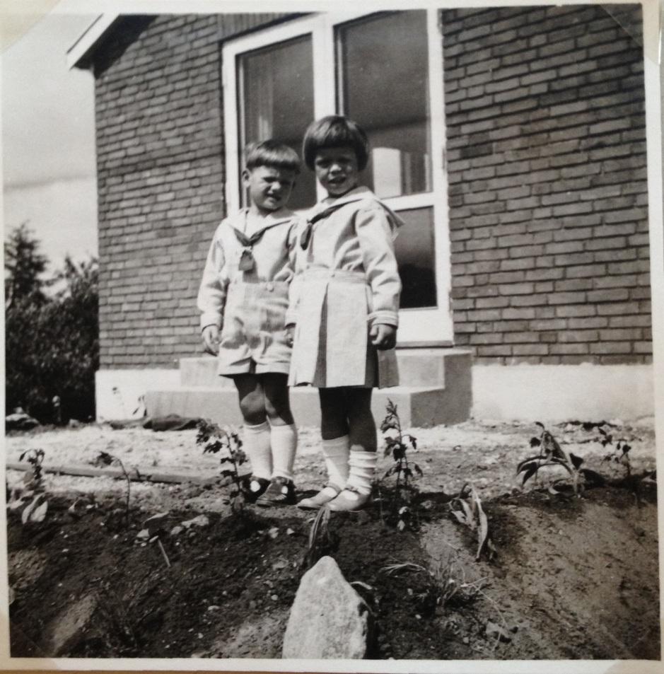 Før afgang til Tivoli i Herlev på Agerledet 10, 1954