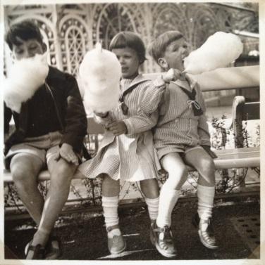 Torben og Maria Holm med nabodrengen Ole med candy floss i Tivoli i 1954