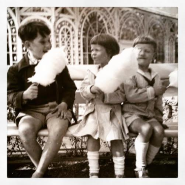 Maria og Torben Holm med nabodrengen Ole i Tivoli i 1954