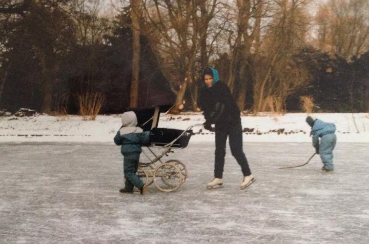 På isen i Frederiksberg Have med tre børn og en i vente februar 1986