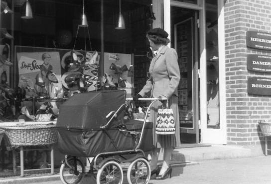 Billede fra min barndomsby Herlev. En skoforretning, vi kom i. Vognen måske en Scandia- Folder. Kunne skilles ad fra cq 1952