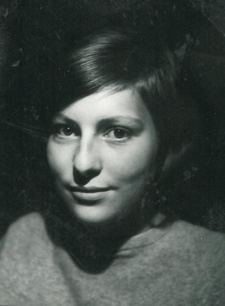 Anne-Mette som 14 årig i 1964 med lysegrå pullover