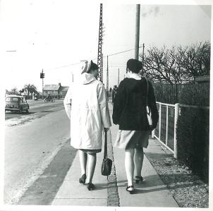 Vi går tur på Englandsvej. Alpehuen var inspireret fra min mors ungdom under krigen