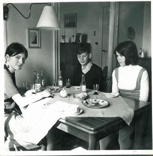 Foråret 1966 på besøg hos min fars kusine Anne-Mette Holm. Kjolen er inspireret fra etengelsk modeblad. I tynd grå uld