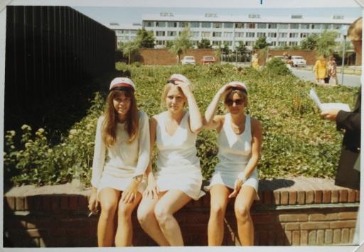 Tre studenter. De to tager sig til hatten én tager en smøg