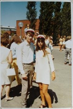 Margit Brandt kjolen ved Ballerup gymnasieum juni 1970 med min tvillingebror og fransklærer i baggrunden