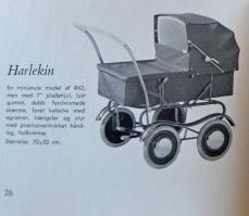 """Itkin 1957 dukkevogn """"Harlekin"""" og miniature af Rio"""