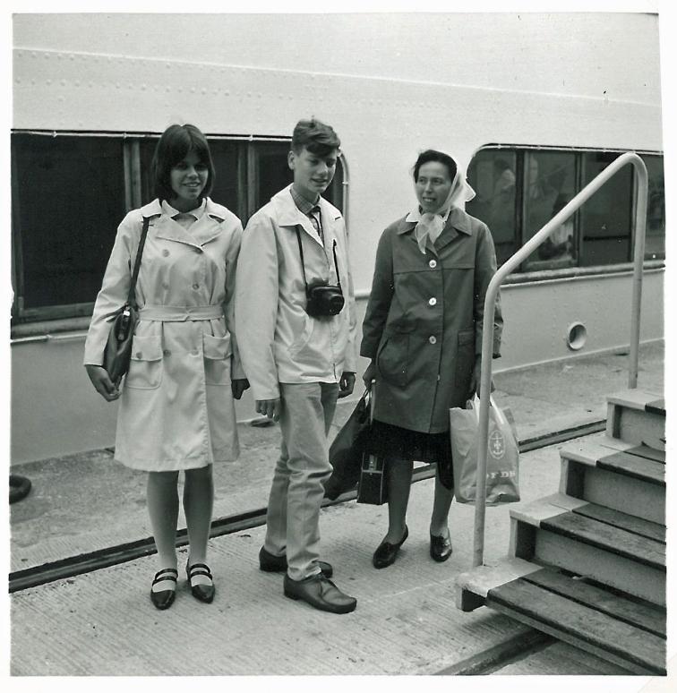 Min hjemmesyede cottoncoat ved New Castle færgen i New Castle juli 1966