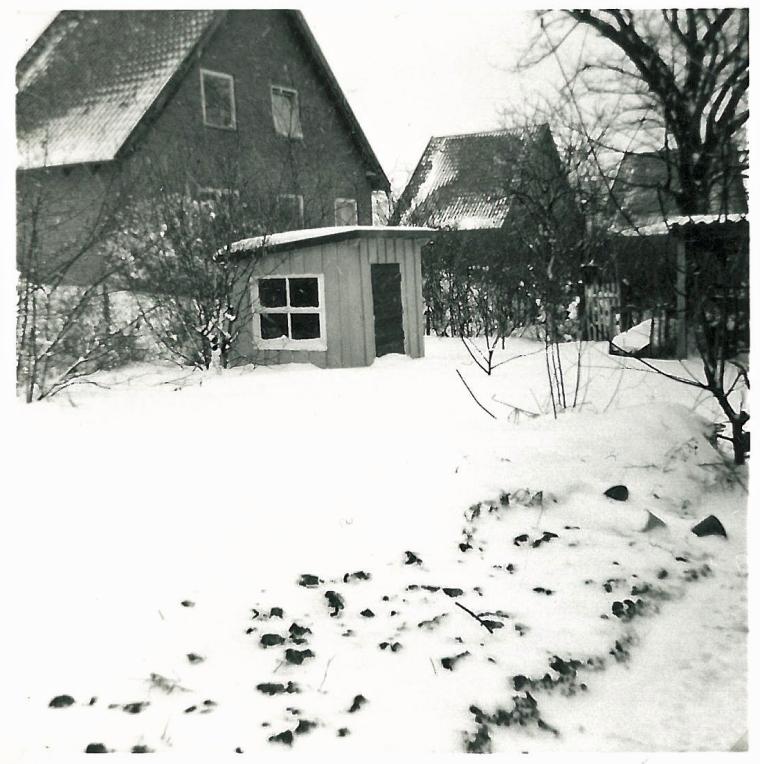 Legehuset fra en vinter længe efter vi var holdt op med at bruge det