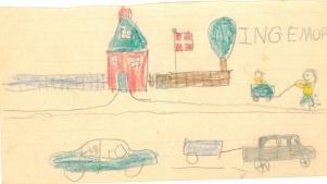 Børn ved et hus og en vej med biler